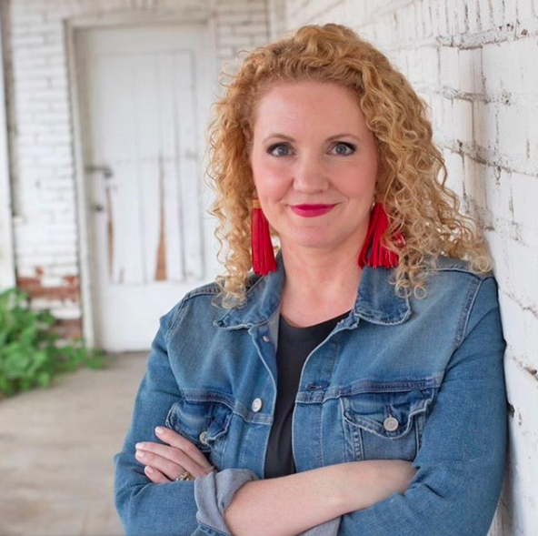 """Alli Worthington: Author, Podcaster, And A Mom Who Wants You To Find """"Happy"""""""